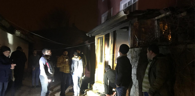 Suriyeli ailenin oturduğu ev yandı